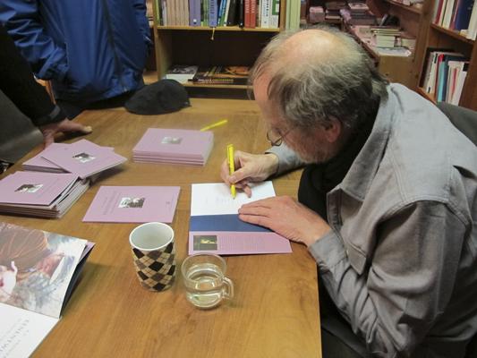 A.L. Snijders signeert uitgeverij Het Huis met de Drie Gedichten